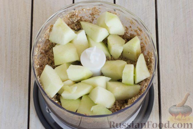 Фото приготовления рецепта: Конфеты из яблок с изюмом, семечками и кокосовой стружкой - шаг №6