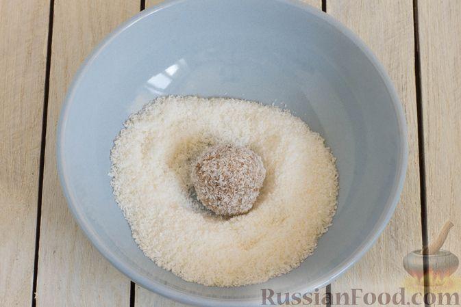 Фото приготовления рецепта: Конфеты из яблок с изюмом, семечками и кокосовой стружкой - шаг №8