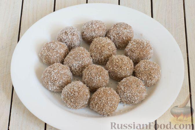 Фото приготовления рецепта: Конфеты из яблок с изюмом, семечками и кокосовой стружкой - шаг №9