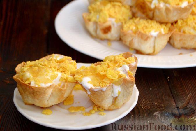 Фото к рецепту: Тарталетки из лаваша с мороженым, кукурузными хлопьями и мёдом