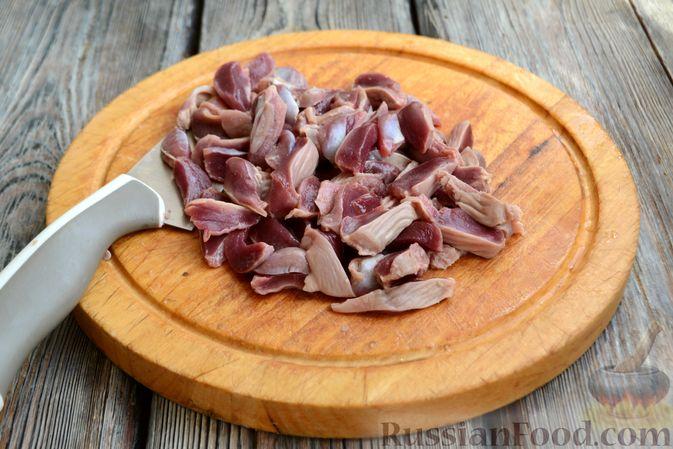 Фото приготовления рецепта: Суп с куриными желудками, цветной капустой и кускусом - шаг №2