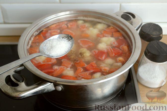 Фото приготовления рецепта: Суп с куриными желудками, цветной капустой и кускусом - шаг №9