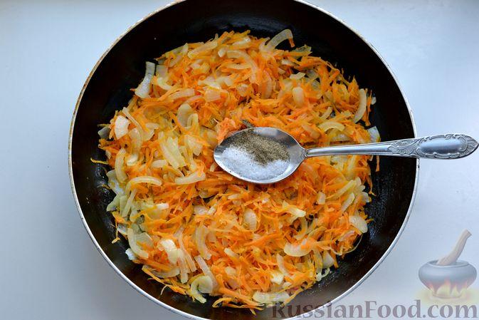 Фото приготовления рецепта: Скумбрия, запечённая с помидорами, морковью и сыром - шаг №5