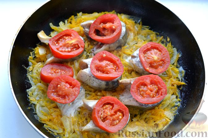 Фото приготовления рецепта: Скумбрия, запечённая с помидорами, морковью и сыром - шаг №10