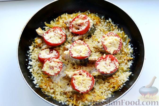 Фото приготовления рецепта: Скумбрия, запечённая с помидорами, морковью и сыром - шаг №12