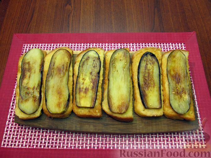 Фото приготовления рецепта: Яичные гренки с баклажанами и сыром - шаг №13