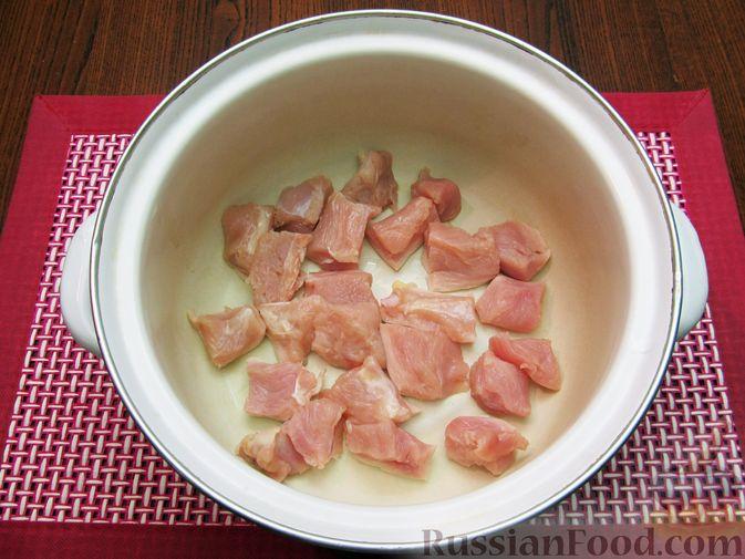 Фото приготовления рецепта: Куриный суп с кукурузой, макаронами и яичными блинчиками - шаг №2