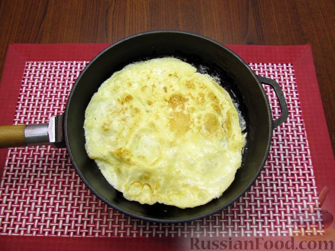 Фото приготовления рецепта: Куриный суп с кукурузой, макаронами и яичными блинчиками - шаг №7