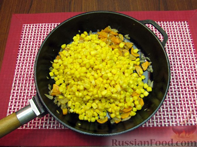 Фото приготовления рецепта: Куриный суп с кукурузой, макаронами и яичными блинчиками - шаг №12