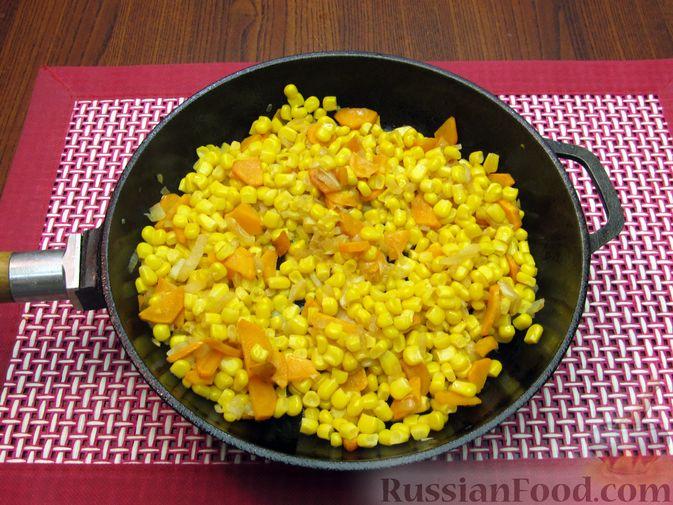 Фото приготовления рецепта: Куриный суп с кукурузой, макаронами и яичными блинчиками - шаг №13