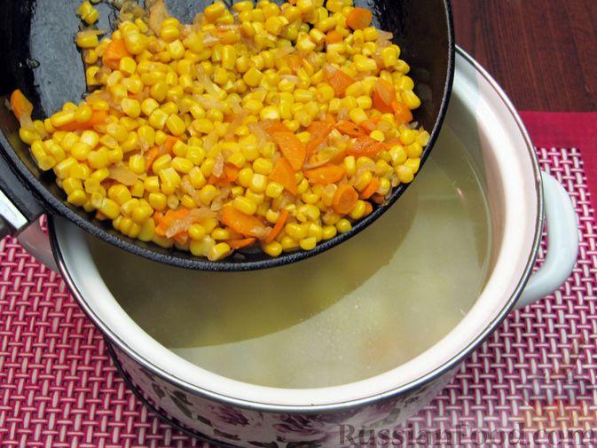 Фото приготовления рецепта: Куриный суп с кукурузой, макаронами и яичными блинчиками - шаг №15