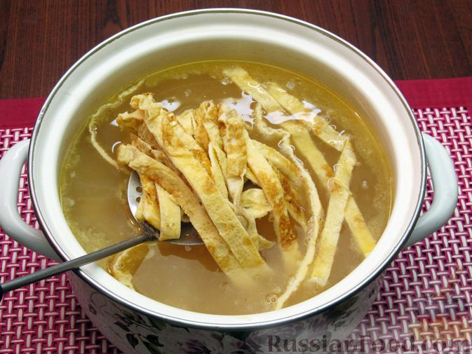 Фото приготовления рецепта: Куриный суп с кукурузой, макаронами и яичными блинчиками - шаг №17
