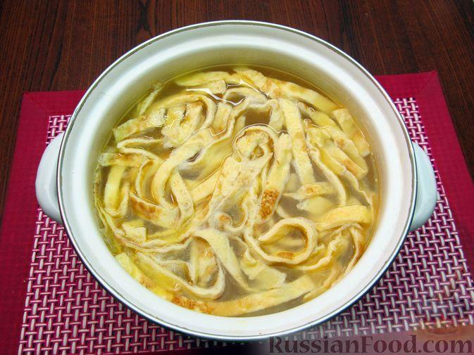 Фото приготовления рецепта: Куриный суп с кукурузой, макаронами и яичными блинчиками - шаг №18
