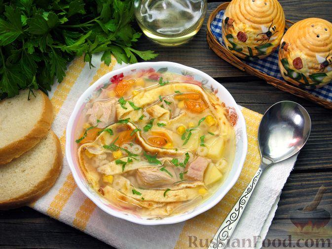 Фото приготовления рецепта: Куриный суп с кукурузой, макаронами и яичными блинчиками - шаг №19