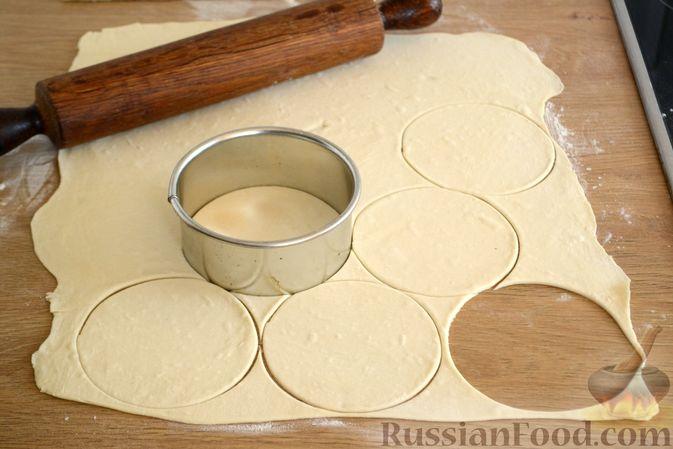 Фото приготовления рецепта: Крамбл-маффины из слоёного теста с грушами и орехами - шаг №2