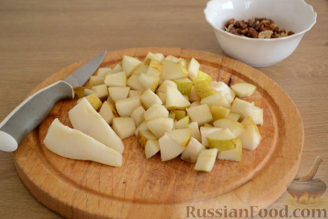 Фото приготовления рецепта: Крамбл-маффины из слоёного теста с грушами и орехами - шаг №4