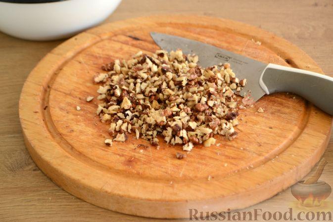 Фото приготовления рецепта: Крамбл-маффины из слоёного теста с грушами и орехами - шаг №5