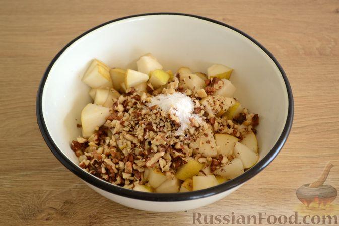 Фото приготовления рецепта: Крамбл-маффины из слоёного теста с грушами и орехами - шаг №6