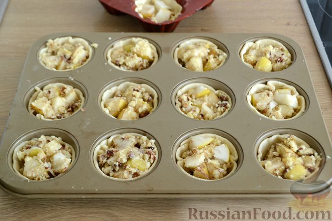 Фото приготовления рецепта: Крамбл-маффины из слоёного теста с грушами и орехами - шаг №10