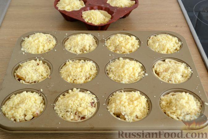 Фото приготовления рецепта: Крамбл-маффины из слоёного теста с грушами и орехами - шаг №11