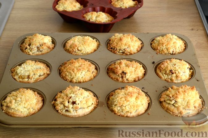 Фото приготовления рецепта: Крамбл-маффины из слоёного теста с грушами и орехами - шаг №12