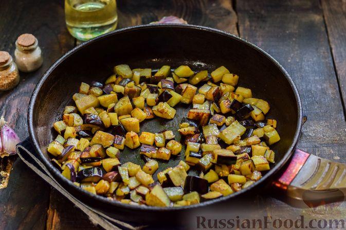Фото приготовления рецепта: Салат с жареными баклажанами, сладким перцем и маринованными шампиньонами - шаг №4