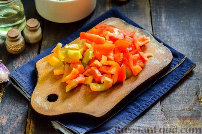 Фото приготовления рецепта: Салат с жареными баклажанами, сладким перцем и маринованными шампиньонами - шаг №5
