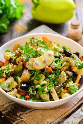 Фото приготовления рецепта: Салат с жареными баклажанами, сладким перцем и маринованными шампиньонами - шаг №12