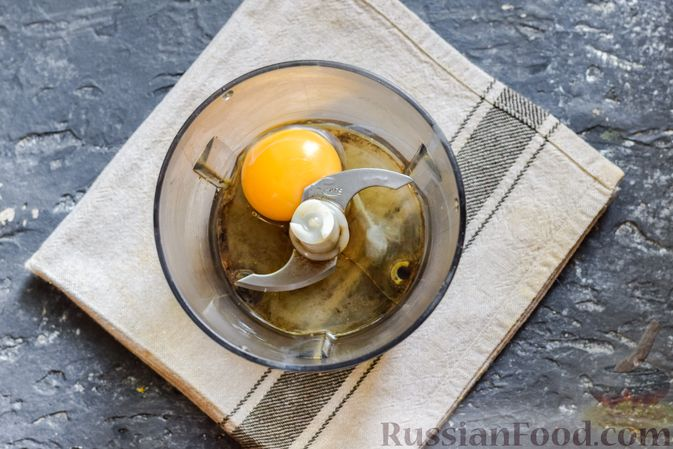 Фото приготовления рецепта: Молочный коктейль с морковным соком и яйцом - шаг №6