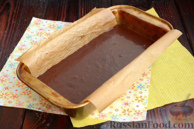 Фото приготовления рецепта: Шоколадно-кофейный кекс на молоке, с тахинной глазурью - шаг №8