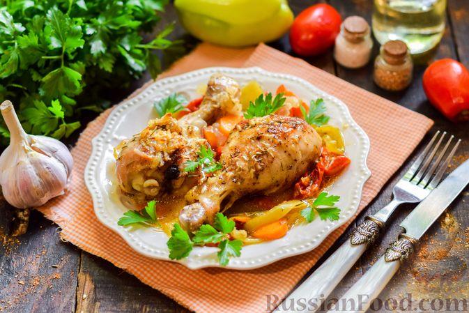 Фото к рецепту: Куриные ножки, запечённые с помидорами и сладким перцем
