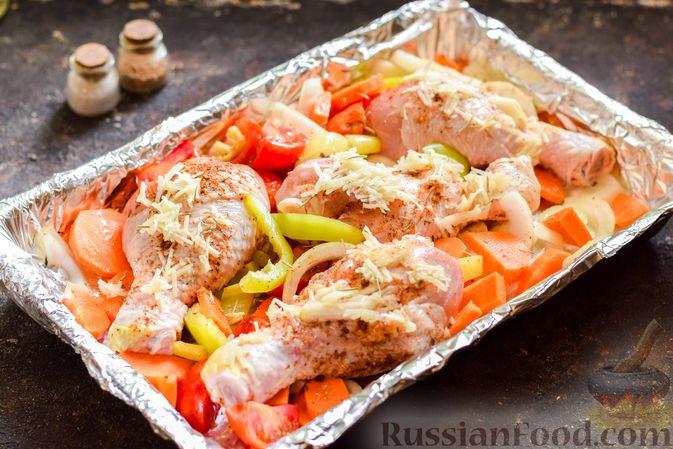 Фото приготовления рецепта: Куриные ножки, запечённые с помидорами и сладким перцем - шаг №6