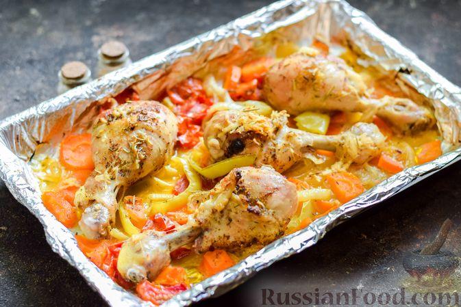 Фото приготовления рецепта: Куриные ножки, запечённые с помидорами и сладким перцем - шаг №7
