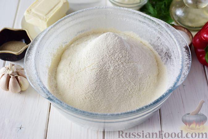 Фото приготовления рецепта: Дрожжевые пирожки-конвертики с сыром, сладким перцем и укропом (в духовке) - шаг №2