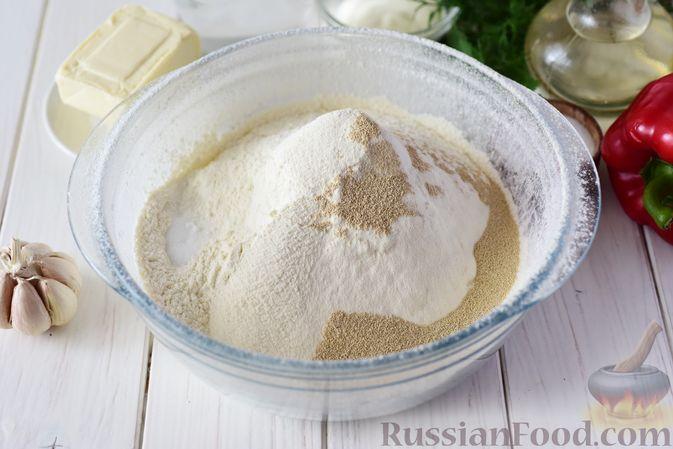 Фото приготовления рецепта: Дрожжевые пирожки-конвертики с сыром, сладким перцем и укропом (в духовке) - шаг №3
