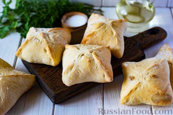 Фото к рецепту: Дрожжевые пирожки-конвертики с сыром, сладким перцем и укропом (в духовке)