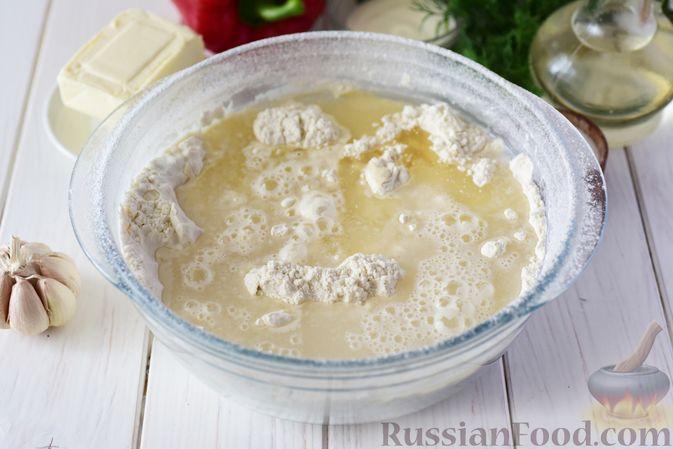 Фото приготовления рецепта: Дрожжевые пирожки-конвертики с сыром, сладким перцем и укропом (в духовке) - шаг №4