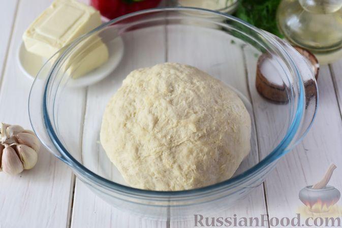 Фото приготовления рецепта: Дрожжевые пирожки-конвертики с сыром, сладким перцем и укропом (в духовке) - шаг №5
