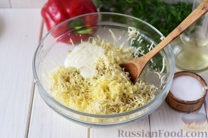 Фото приготовления рецепта: Дрожжевые пирожки-конвертики с сыром, сладким перцем и укропом (в духовке) - шаг №7
