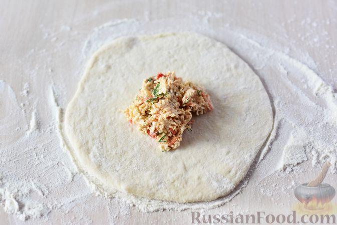 Фото приготовления рецепта: Дрожжевые пирожки-конвертики с сыром, сладким перцем и укропом (в духовке) - шаг №12
