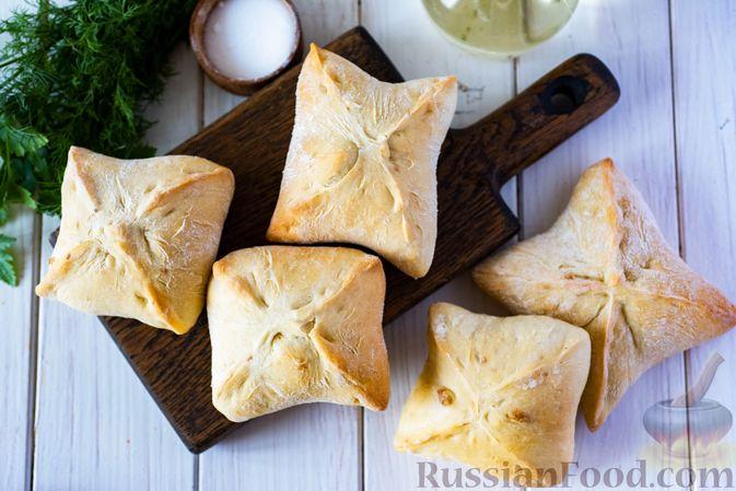 Фото приготовления рецепта: Дрожжевые пирожки-конвертики с сыром, сладким перцем и укропом (в духовке) - шаг №14