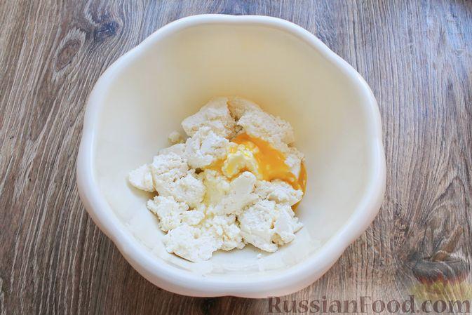 Фото приготовления рецепта: Творожная запеканка с кукурузными хлопьями и брусникой - шаг №2
