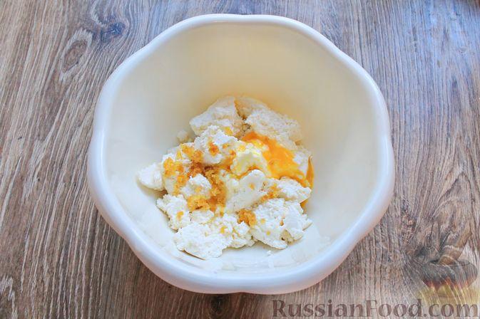 Фото приготовления рецепта: Творожная запеканка с кукурузными хлопьями и брусникой - шаг №3