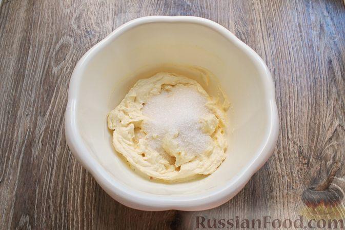 Фото приготовления рецепта: Творожная запеканка с кукурузными хлопьями и брусникой - шаг №5