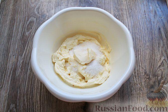 Фото приготовления рецепта: Творожная запеканка с кукурузными хлопьями и брусникой - шаг №6