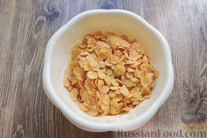 Фото приготовления рецепта: Творожная запеканка с кукурузными хлопьями и брусникой - шаг №7