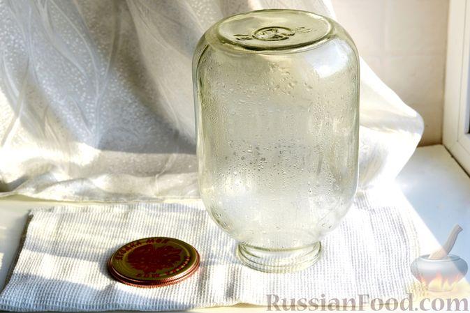 Фото приготовления рецепта: Компот из яблок и кизила (на зиму) - шаг №4