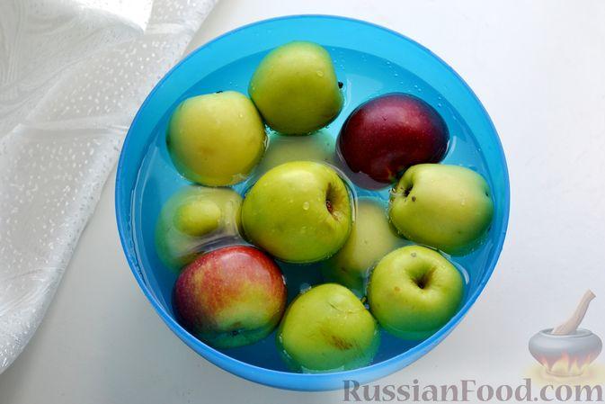 Фото приготовления рецепта: Компот из яблок и кизила (на зиму) - шаг №6