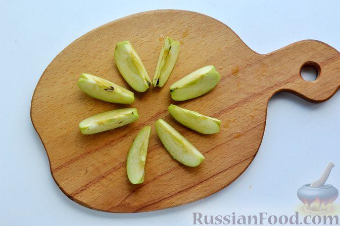 Фото приготовления рецепта: Компот из яблок и кизила (на зиму) - шаг №7