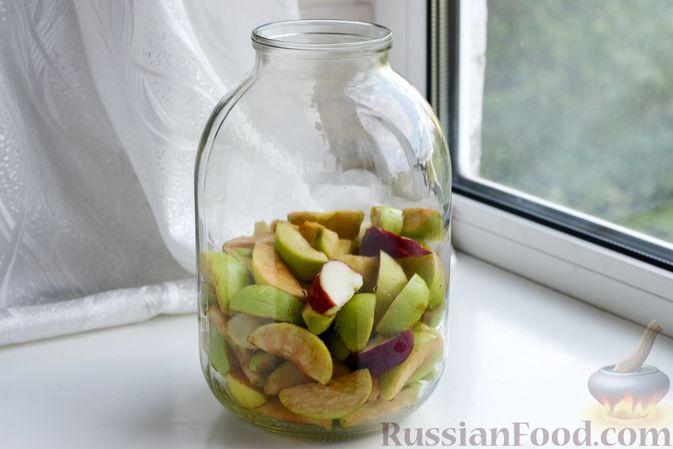Фото приготовления рецепта: Компот из яблок и кизила (на зиму) - шаг №10